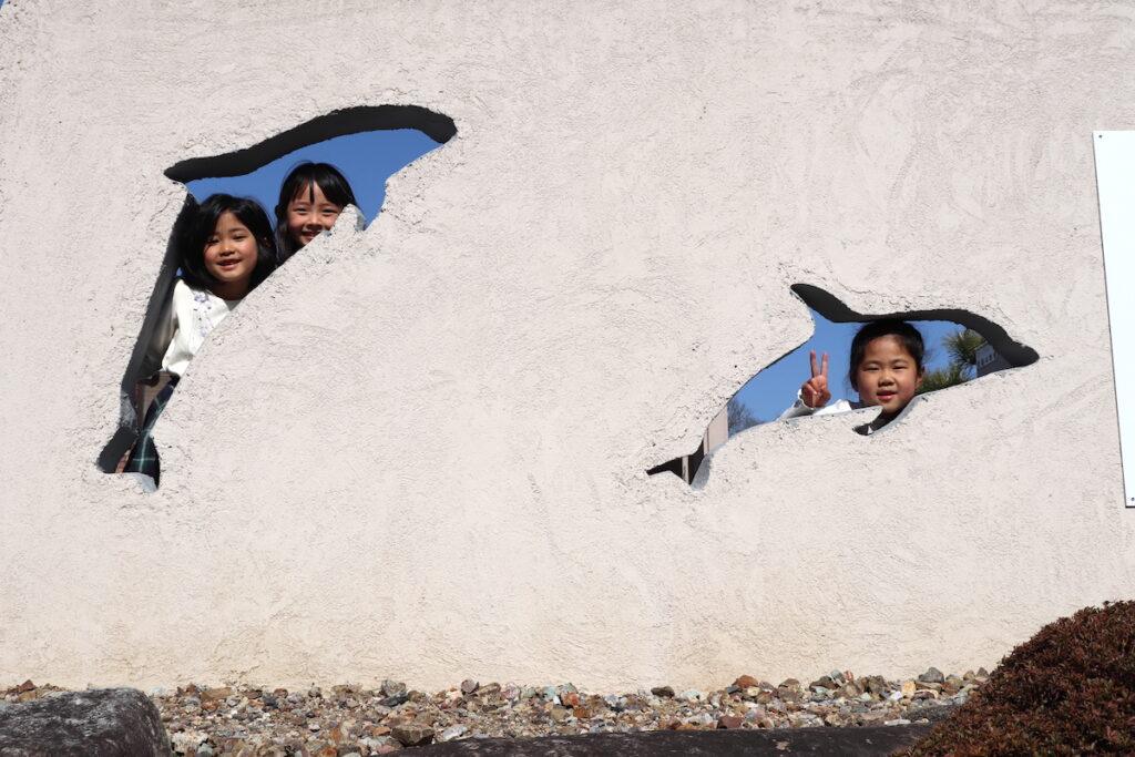 ドルフィンモニュメントの前で楽しく遊ぶ子供達の写真