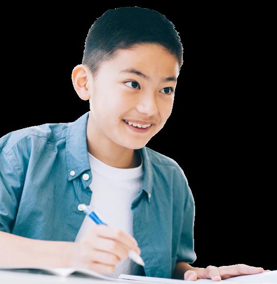 学童で勉強する男の子の写真