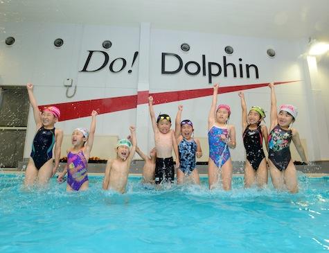 ドルフィンスイミングクラブで泳ぐ子供たちの写真